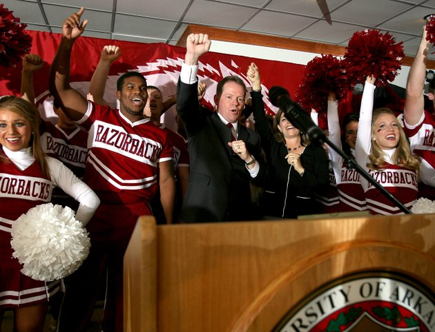 bobby-petrino-calls-the-hogs-with-razorbacks-cheerleaders-on-tuesday-dec-11-2008