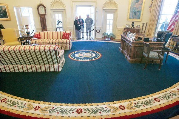 Clinton S Oval Office Features A Replica Resolute Desk