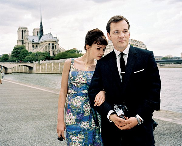 jenny-carey-mulligan-explores-paris-on-the-arm-of-her-sophisticated-older-boyfriend-david-peter-sarsgaard-in-eman-educationem