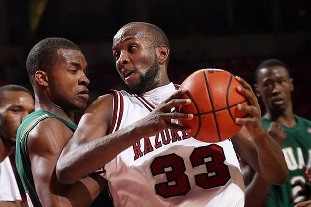 arkansas-democrat-gazettewilliam-moore-arkansas-marshawn-powell-battles-for-position-against-alabama-birminghams-elijah-millsap-saturday-january-2-2010-at-bud-walton-arena-in-fayetteville