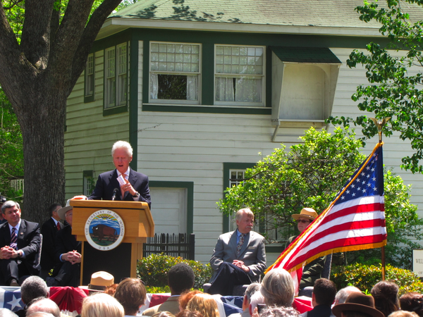 Video Clinton Helps Dedicate Boyhood Home As National