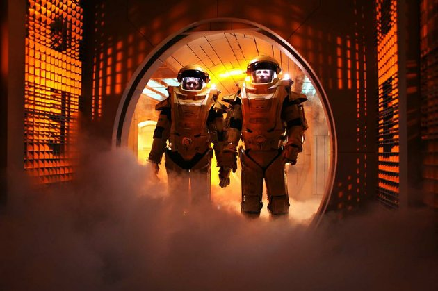 emilie-maggie-grace-and-snow-guy-pearce-don-futuristic-orange-suits-in-an-attempt-to-escape-from-space-prison-in-the-science-fiction-thriller-lockout