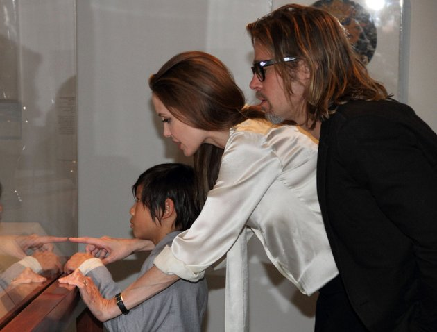 in-this-april-11-2012-photo-released-by-the-los-angeles-county-museum-of-art-actress-angelina-jolie-center-sports-an-engagement-ring-as-she-and-brad-pitt-and-their-son-pax-view-works-from-the-chinese-collection-at-the-the-los-angeles-county-museum-of-art