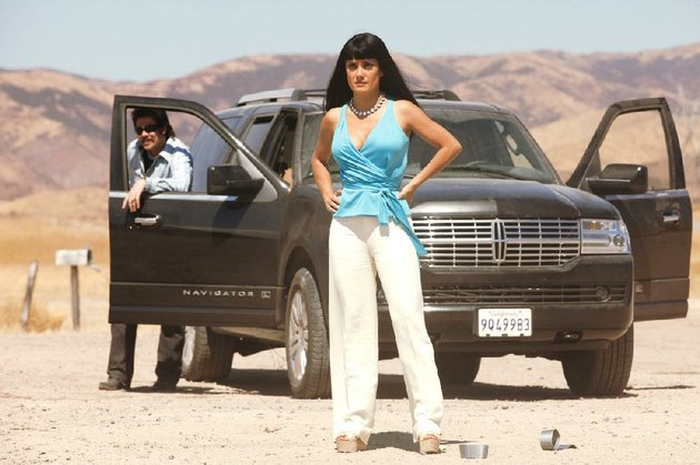 elena-salma-hayek-the-queen-of-a-mexican-drug-cartel-surveys-the-damage-in-oliver-stones-violent-savages