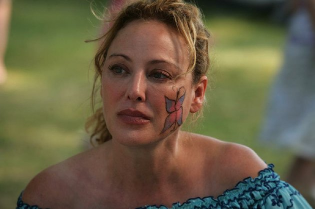 virginia-madsen-is-a-luminous-mother-raising-three-girls-by-herself-in-rob-reiners-family-film-the-magic-of-belle-isle