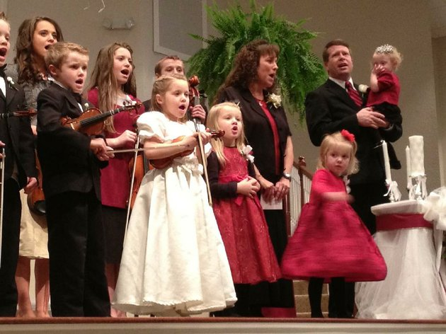 the-duggars-sing-and-play-at-a-wedding-when-new-episodes-of-19-kids-and-counting-kick-in-at-8-pm-today-on-tlc