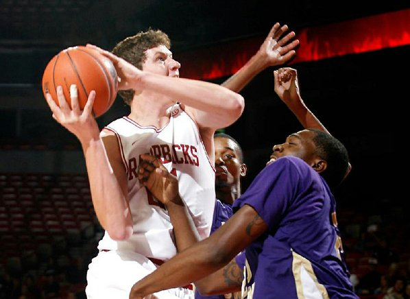 Arkansas sophomore Hunter Mickelson shoots ...