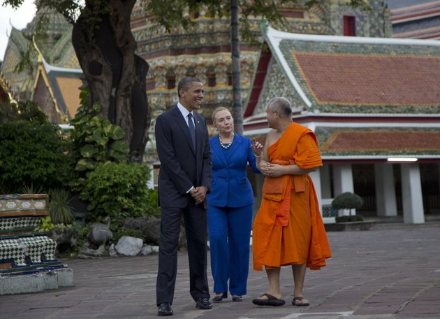 us-president-barack-obama-left-and-us-secretary-of-state-hillary-rodham-clinton-center-tour-the-wat-pho-royal-monastery-with-chaokun-suthee-thammanuwat-dean-faculty-of-buddhism-assistant-to-the-abbot-of-wat-phra-chetuphon-in-bangkok-thailand-sunday-nov-18-2012