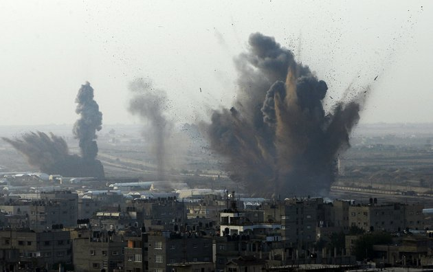 smoke-rises-after-an-israeli-attack-on-smuggling-tunnels-on-the-border-between-egypt-and-rafah-southern-gaza-strip-on-monday-nov-19-2012