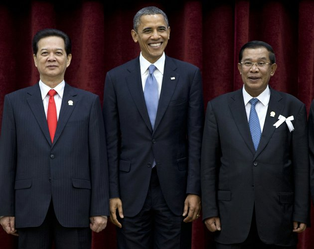 us-president-barack-obama-center-stands-with-cambodias-prime-minister-hun-sen-right-and-vietnams-prime-minister-nguyen-tan-dung-during-a-family-photo-session-of-the-east-asia-summit-at-the-peace-palace-in-phnom-penh-cambodia-on-monday-nov-19-2012