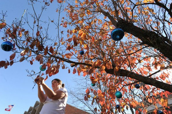 Catherine Calhoun of Fayetteville decorates ...