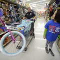 Jami Yarbrough, an officer with the Centerton Police Department, helps Kimberly Amilcar, 6, pick out...