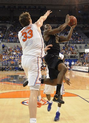 Florida's Erik Murphy (33) goes after a shot by Missouri's Keion Bell in the ÿrst half of the Gators' 83-52 victory over Missouri on Saturday in Gainesville, Fla. Murphy had 15 points.
