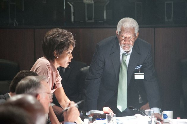 secret-service-director-lynn-jacobs-angela-bassett-gives-the-us-house-speaker-martin-trumbull-morgan-freeman-the-bad-news-in-antoine-fuquas-action-film-olympus-has-fallen