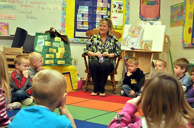 kim-scott-a-kindergarten-teacher-at-stagecoach-elementary-school-in-cabot-teaches-her-class-about-the-days-of-the-week-scott-will-be-among-the-presenters-at-the-cabot-paws-ed-kindergarten-readiness-class
