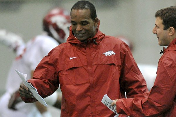 Arkansas linebackers coach Randy Shannon has highly sought receiver Ryeshene Bronson planning an official visit to Fayetteville.