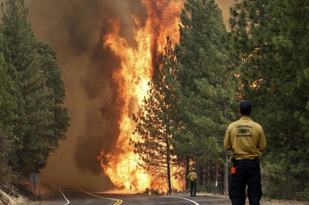 the-rim-fire-burns-along-highway-120-near-yosemite-national-park-calif-on-sunday-aug-25-2013