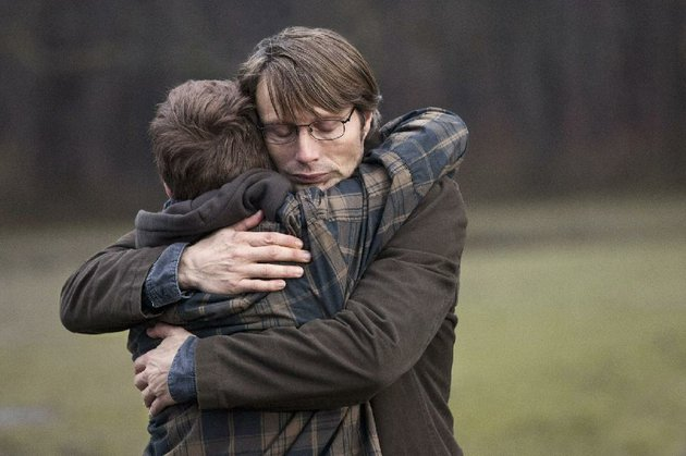 lucas-mads-mikkelsen-comforts-his-son-marcus-lasse-fogelstrom-in-the-hunt