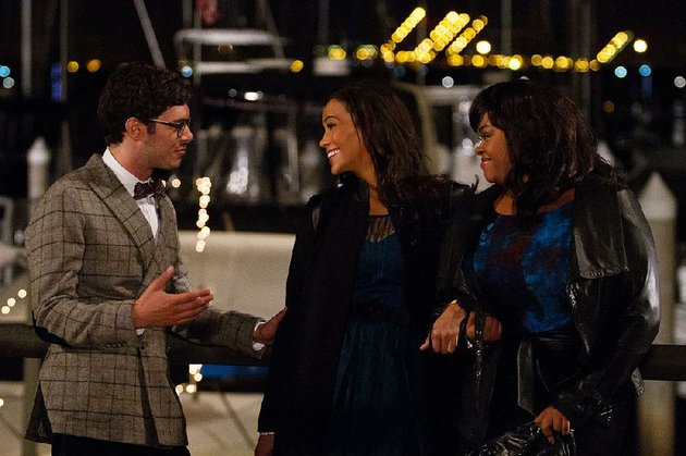 adam-brody-as-ausamau-paula-patton-as-aumontana-mooreau-and-jill-scott-as-gailau-in-baggage-claim