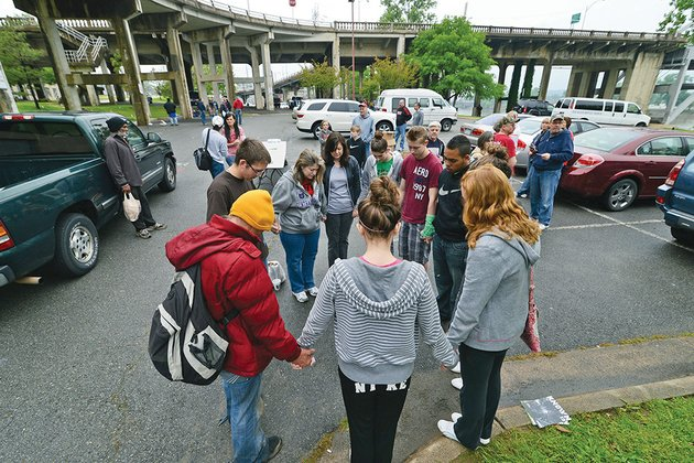 volunteers-with-hope-for-the-homeless-pray-with-a-man-under-the-broadway-bridge-in-little-rock-as-he-begins-to-prepare-for-heart-surgery