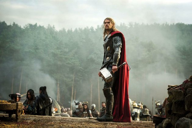 chris-hemsworth-as-thor-is-back-with-his-mighty-hammer-mjolnir-in-thor-the-dark-world