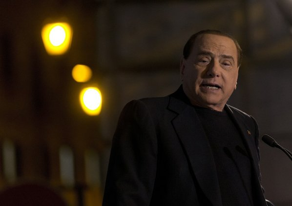 Silvio Berlusconi addresses his supporters ...