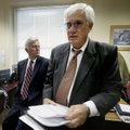 Arkansas Gov. Mike Beebe, left, watches as Arkansas Department of Finance and Administration Directo...