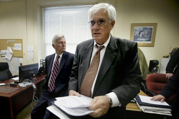 Arkansas Gov. Mike Beebe, left, ...