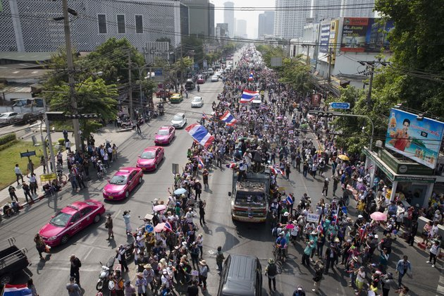 anti-government-protesters-block-traffic-during-a-march-sunday-jan-19-2014-in-bangkok-two-explosions-shook-an-anti-government-demonstration-site-in-thailands-capital-on-sunday-wounding-at-least-28-people-in-the-latest-violence-to-hit-bangkok-as-the-nations-increasingly-volatile-political-crisis-drags-on-ap-photojohn-minchillo