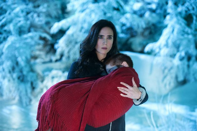 virginia-gamely-jennifer-connelly-carries-10-year-old-abby-ripley-sobo-in-akiva-goldsmans-winters-tale