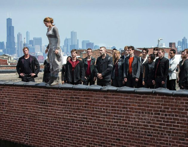 surrounded-by-her-fellow-recruits-tris-shailene-woodley-prepares-to-leap-into-the-unknown-as-part-of-her-dauntless-training-in-divergent