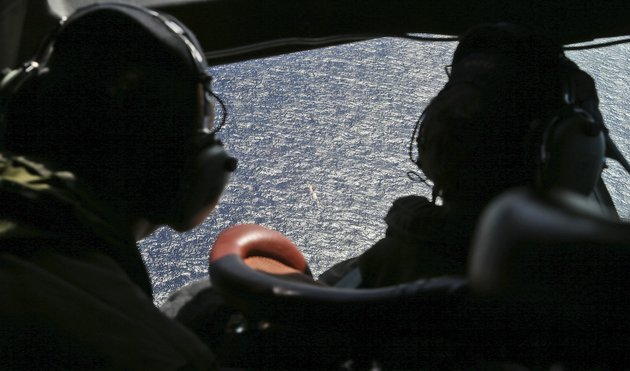 wing-commander-rob-shearer-captain-of-the-royal-new-zealand-air-force-p3-orion-left-and-sgt-sean-donaldson-look-out-the-cockpit-windows-during-search-operations-for-missing-malaysia-airlines-flight-mh370-in-the-southern-indian-ocean-near-the-coast-of-western-australia-friday-april-4-2014