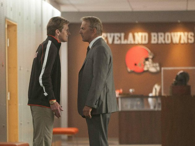cleveland-browns-head-coach-vince-penn-denis-leary-faces-off-with-general-manager-sonny-weaver-jr-kevin-costner-in-draft-day-ivan-reitmans-sports-dramedy-about-the-nfl-draft