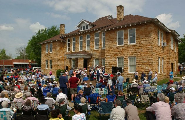 crowds-enjoy-music-at-mountain-views-courthouse-square-during-the-arkansas-folk-festival