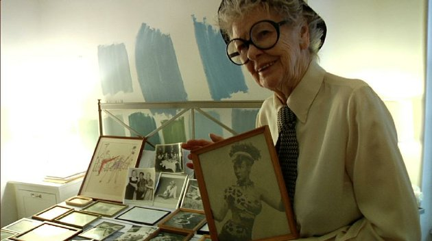 broadway-star-elaine-stritch-holds-one-of-her-old-publicity-photos-in-this-scene-from-chiemi-karasawas-documentary-elaine-stritch-shoot-me