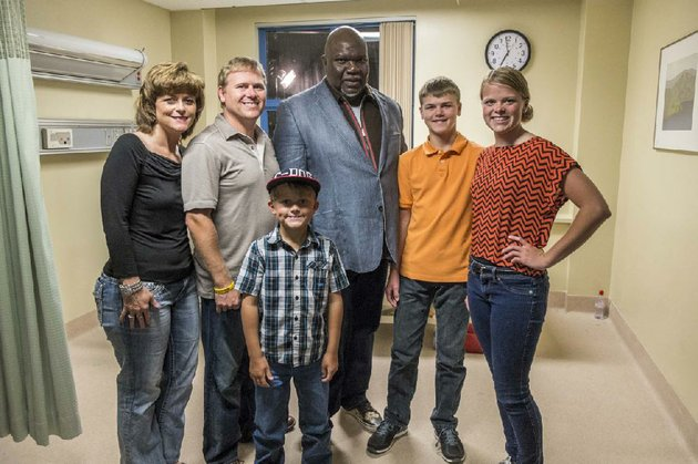 members-of-the-burpo-family-sonja-from-left-todd-colby-colton-and-cassie-pose-with-bishop-td-jakes-who-is-one-of-the-producers-of-heaven-is-for-real-a-movie-based-on-todds-nonfiction-book-about-coltons-visions-of-the-afterlife