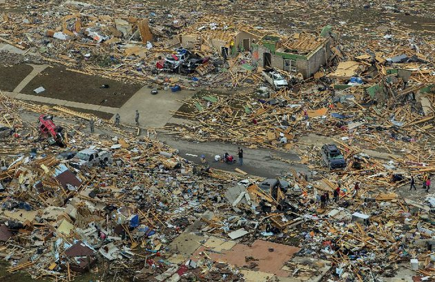 arkansas-democrat-gazettebenjamin-krain-042814-residents-and-rescue-workers-search-through-destroyed-homes-in-the-park-wood-meadow-neighborhood-of-vilonia-where-several-people-died-sunday-night-during-the-storm
