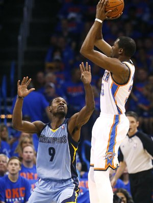 Oklahoma City Thunder forward Kevin Durant (right) scored 33 points on 12-of-18 shooting Saturday night in the Thunder's 120-109 victory over the Memphis Grizzlies.