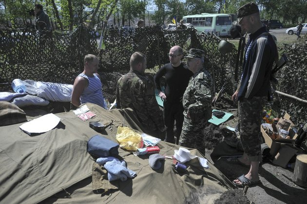 ukrainian-prime-minister-arseniy-yatsenyuk-centre-talks-with-ukrainian-soldiers-at-slovyansk-ukraine-wednesday-may-7-2014-russian-president-putin-on-wednesday-announced-that-russia-has-pulled-back-its-troops-from-the-ukrainian-border-and-called-on-ukraines-military-to-halt-operations-against-pro-russia-activists-who-have-seized-government-buildings-and-police-stations-in-cities-in-eastern-ukraine