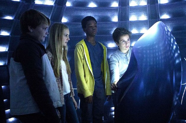 munch-reese-hartwig-emma-ella-wahlestedt-tuck-brian-astro-bradley-and-alex-teo-halm-are-young-friends-who-help-out-an-et-who-wants-to-go-home-in-earth-to-echo