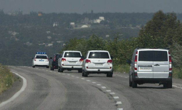 convoy-of-the-osce-mission-in-ukraine-travel-outside-the-city-of-donetsk-eastern-ukraine-on-wednesday-july-30-2014-as-they-try-to-estimate-security-conditions