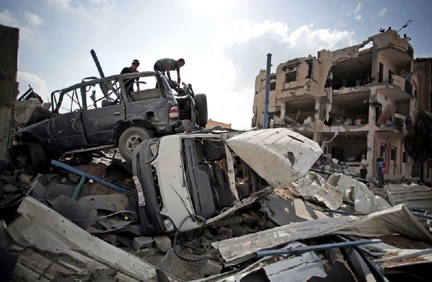 palestinians-search-through-a-jumble-of-vehicles-tuesday-in-the-hard-hit-shawkah-district-of-rafah-in-southern-gaza