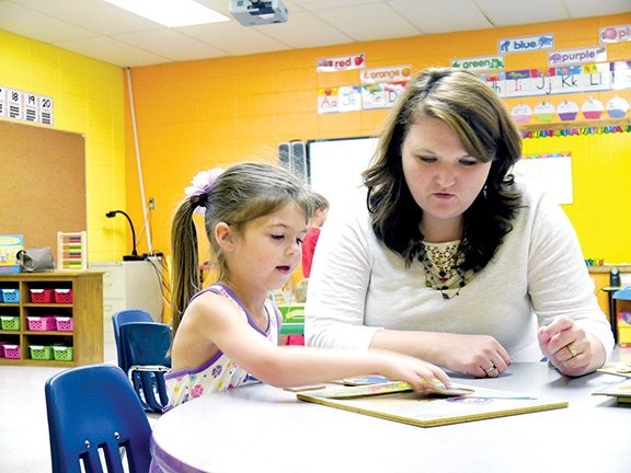 white-county-central-school-districts-new-elementary-principal-beverly-froud-works-on-a-jigsaw-puzzle-with-student-emma-roberts-the-school-will-begin-the-arkansas-a-program-for-the-2014-15-school-year-the-program-uses-art-in-classroom-instruction