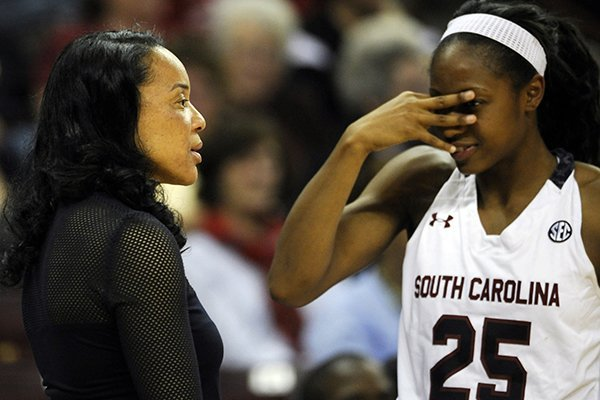 WholeHogSports - South Carolina stays atop women's poll