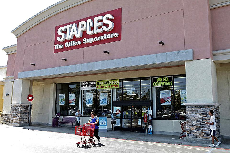 staples to buy rival office depot. Black Bedroom Furniture Sets. Home Design Ideas