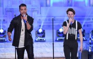 """American Idol"" season 14 winner Nick Fradiani, left, performs with Bentonville native Thomas Stringfellow, 17, during the Thursday, Feb. 11, 2016, episode."