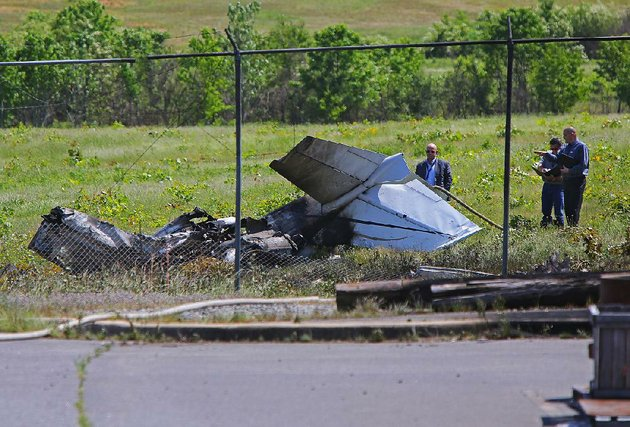 5516-arkansas-democrat-gazettestephen-b-thornton-investigators-walk-near-the-remains-of-a-plane-that-crashed-thursday-and-caught-fire-killing-one-and-injuring-another-at-the-north-little-rock-municipal-airport