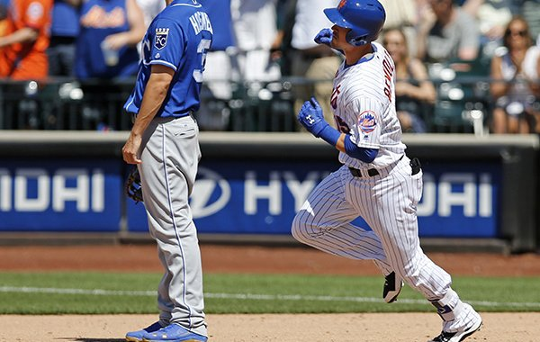 Kansas City Royals first baseman Eric Hosmer (35) watches as New York Mets Matt Reynolds (15) trots the bases after hitting a solo home run during the sixth inning of an interleague baseball game, Wednesday, June 22, 2016, in New York. (AP Photo/Kathy Willens)