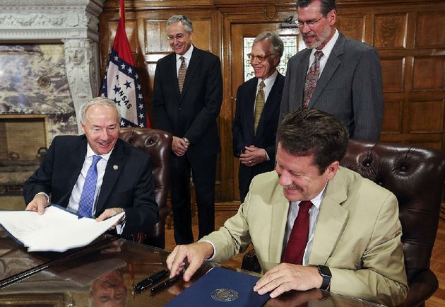 gov-asa-hutchinson-left-and-robert-califf-commissioner-of-the-food-and-drug-administration-sign-a-memorandum-of-understanding-extending-a-federal-state-partnership-regarding-the-fdas-national-center-for-toxicological-research-in-jefferson