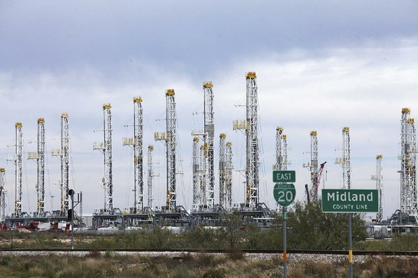 Russian Oil Output Near Post-Soviet Record as It Prepares to Cut